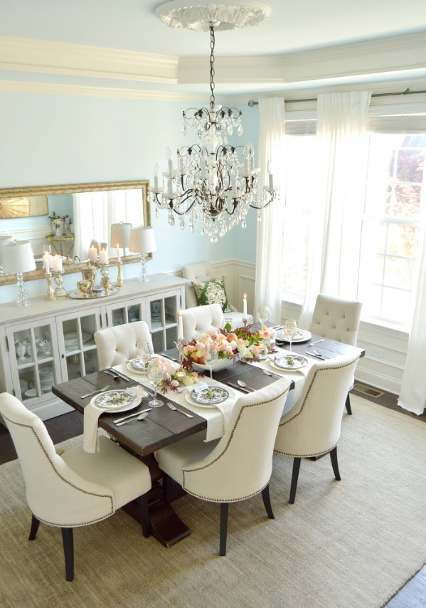 Dining room elegantly decorated with tableware.